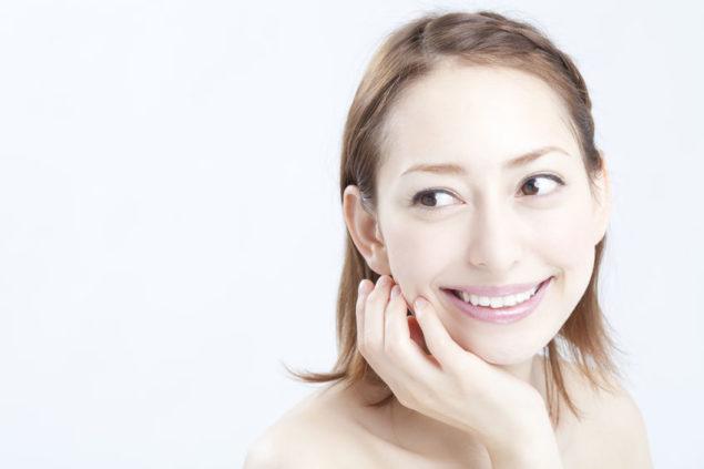 ホワイトニングをして白い歯の女性